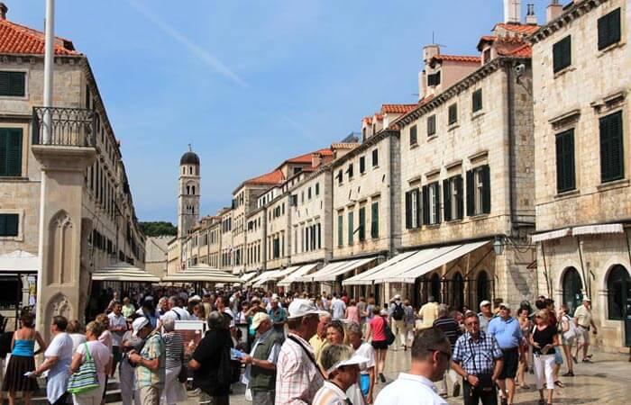 Dubrovnik stradun tourists